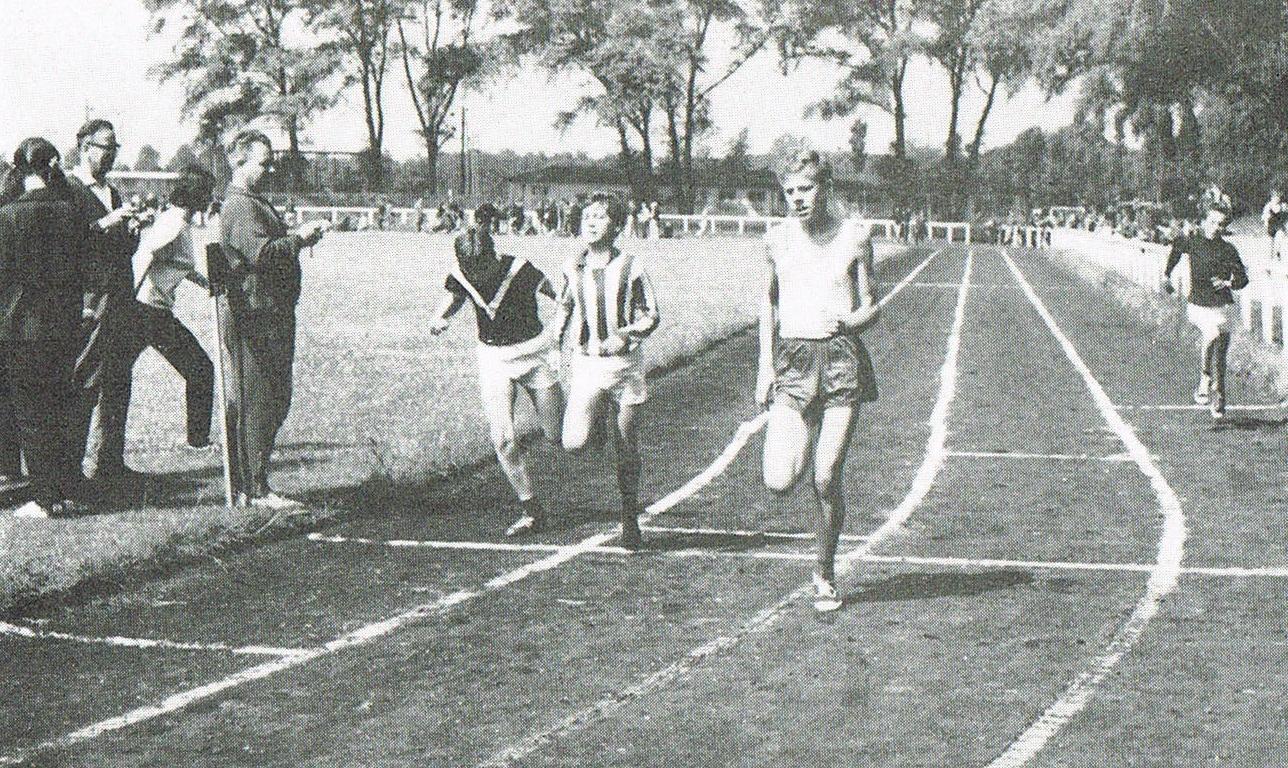 Warnemünder Sportler und Schüler 1968 bei einem Leichtathletiksportfest auf der Friedrich-Ludwig-Jahn-Kampfbahn.